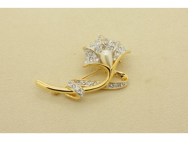 BR27 Gold & pearl brooch