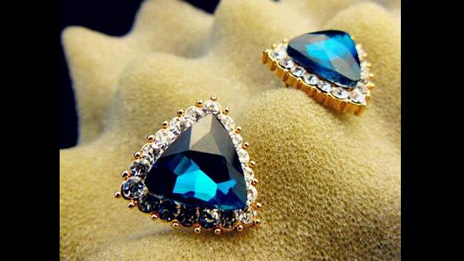 E137  Torquoise crystal stud